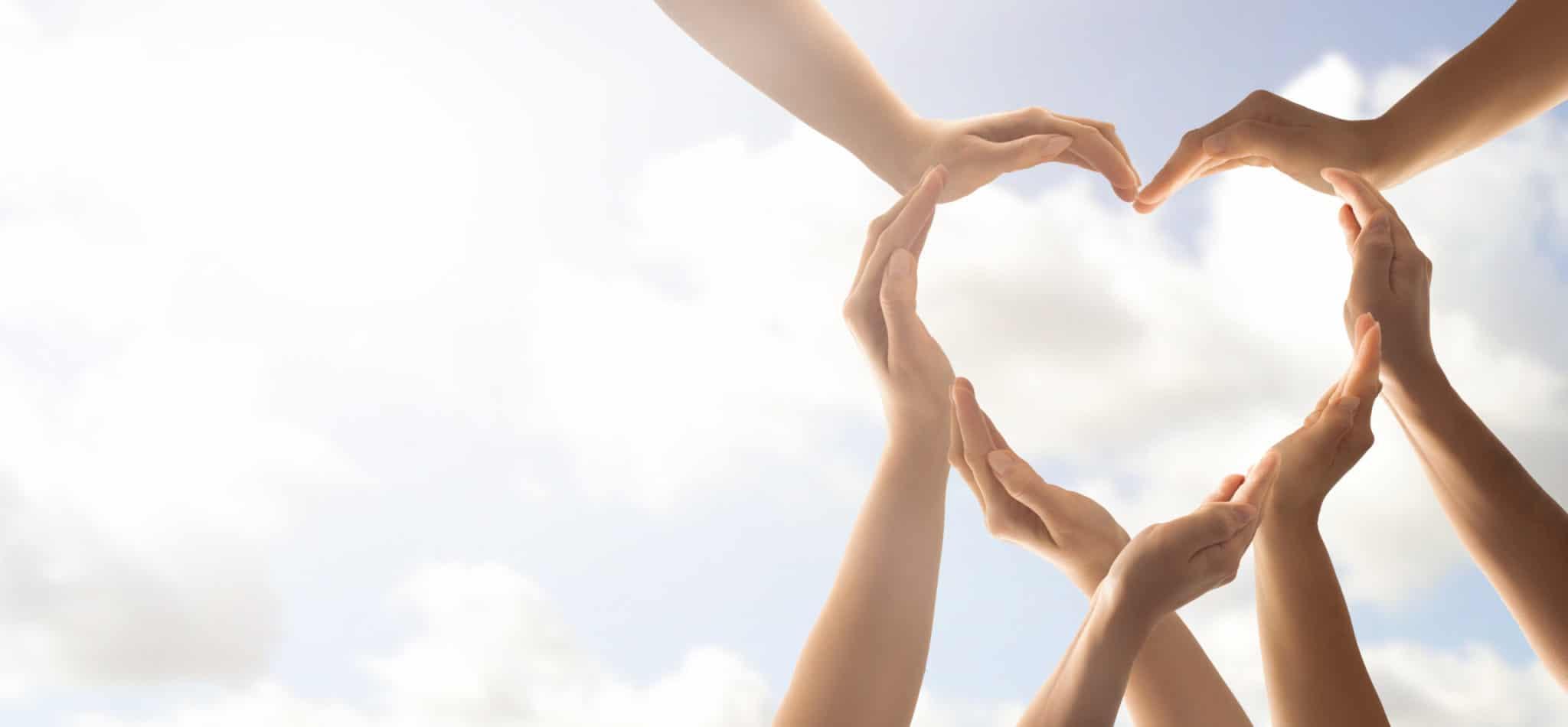 mains unies en coeur